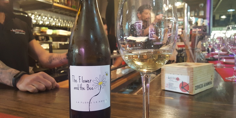 The flower and Bee wine, vino ribeiro